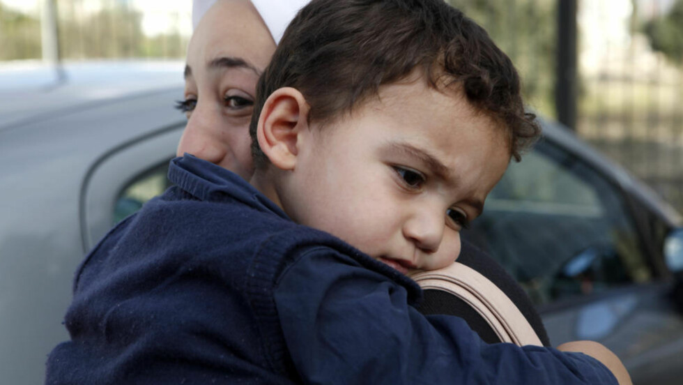 GJENFORENT: Den to år gamle gutten, Bushr Al Tawashi, ble forlatt av sine foreldre under kampene i Syria i sommer. Nå er han endelig tilbake i mors armer. Foto: AP Photo / Petros Karadjias