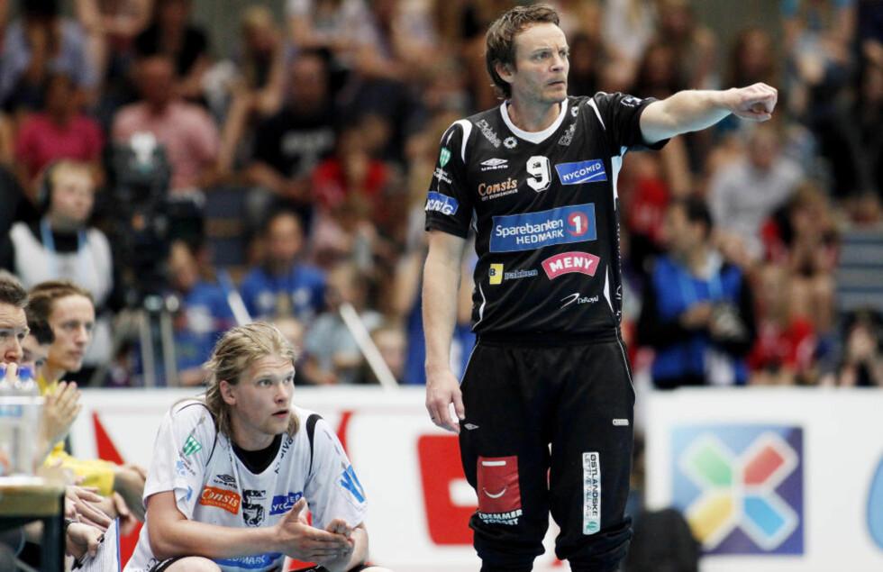 FULLT HUS: Christian Berges Elverum spilte foran mer enn 6000 mennesker i Hamar OL-amfi. Det er ny publikumsrekord for en norsk seriekamp i håndball. Foto: Cornelius Poppe / NTB Scanpix