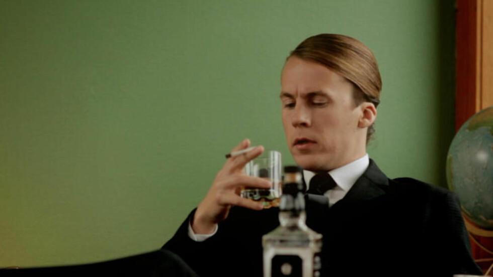 JOHN NIXONSON: Bård Ylvisåker innrømmer at han syntes det var deilig å få lov til å drikke, røyke og skrike til damene i sketsjen der han spilte John Nixonson i traileren til «The Sixties». Foto: TVNorge