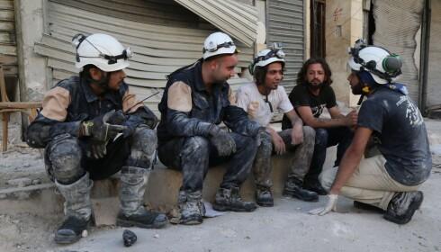 PAUSE: Noen av de frivillige i De hvite hjelmene slapper av mellom redningsaksjonene. Foto: Khaled Khatib