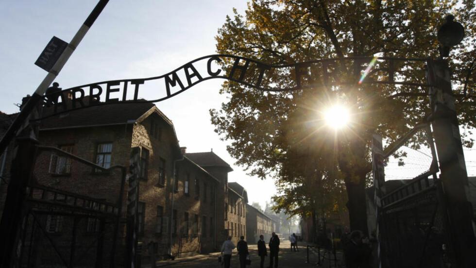 PORTEN TIL HELVETE: 1,5 millioner mistet livet i Auschwitz. Fotograf Wilhelm Brasse berget livet, men måtte leve med minnene resten av livet. Foto: KACPER PEMPEL/REUTERS