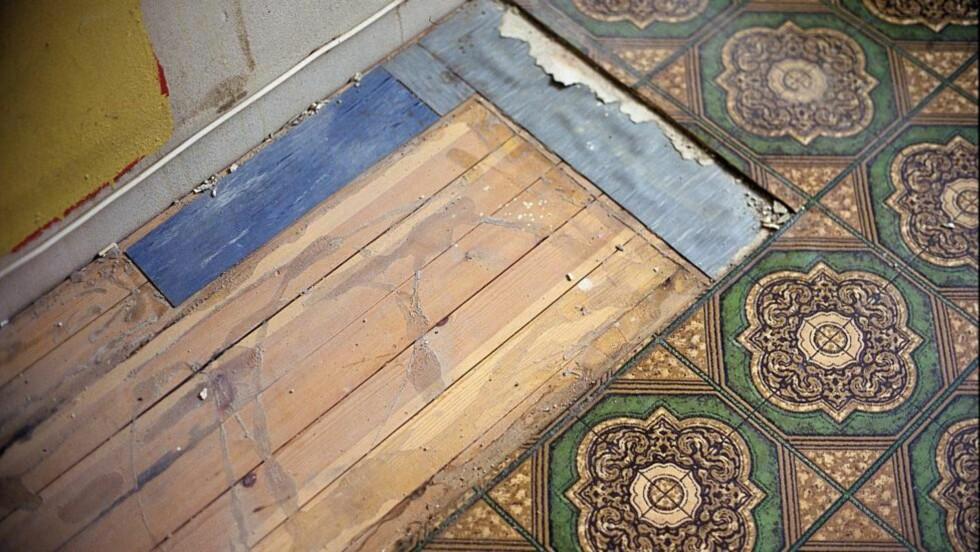 GULV: Å ta fram det originale bordgulvet kan gi mye til rommet, men kan også føre med seg jobb. Det kan ligge flere årganger av gamle belegg, asfaltpapp, avrettingsmasser og lim under dagens gulv. Start i et bortgjemt hjørne og se hva som egentlig finnes under overflaten, før du begynner å rive, sier ifi.no. Foto: Frode Larsen/ifi.no