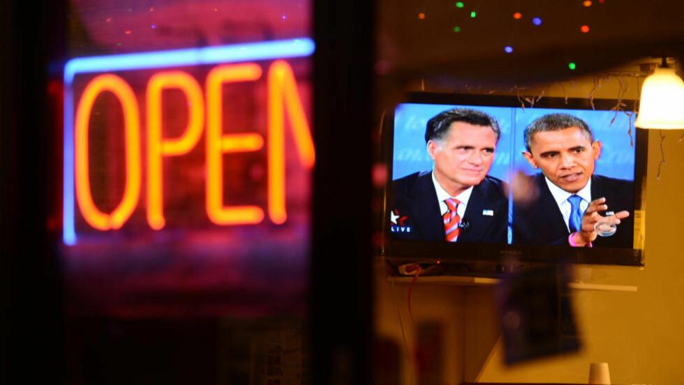 SAGT OG USAGT: Faktasjekkerne jobbet på høygir etter tv-debatten mellom president Barack Obama og republikanernes presidentkandidat Mitt Romney 22. oktober. Men kandidatenes tv-reklamer handler først og fremst om følelser. Bildet er tatt gjennom vinduet til en koreansk restaurant i Chatsworth i Los Angeles. Foto: Robyn Beck / AFP / NTB Scanpix