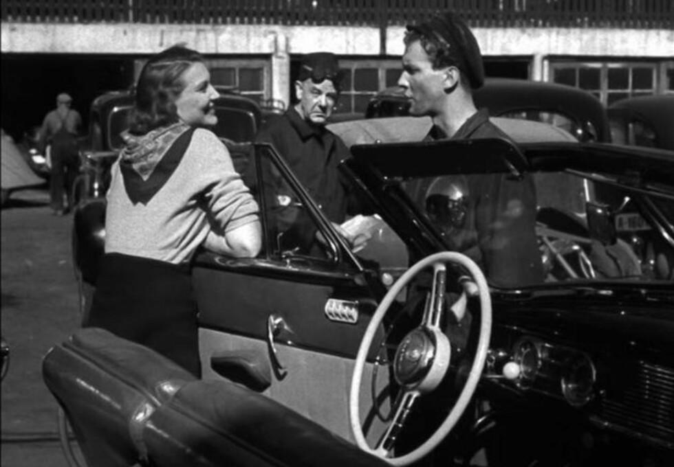 KULTFILM: Bjørg Riiser-Larsen og Claus Wiese i filmen «Døden er et kjærtegn» (1949), som var Edith Carlmars regissør-debut. Filmen er kjent som en lidenskaplig film noir og har kultstatus både i Norge og utlandet.