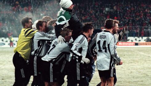 STOR KVELD: Nils Arne Eggen ble båret på gullstol av RBK-heltene etter 2-0-seieren mot Real Madrid i 1997. Foto: Arnt E. Folvik