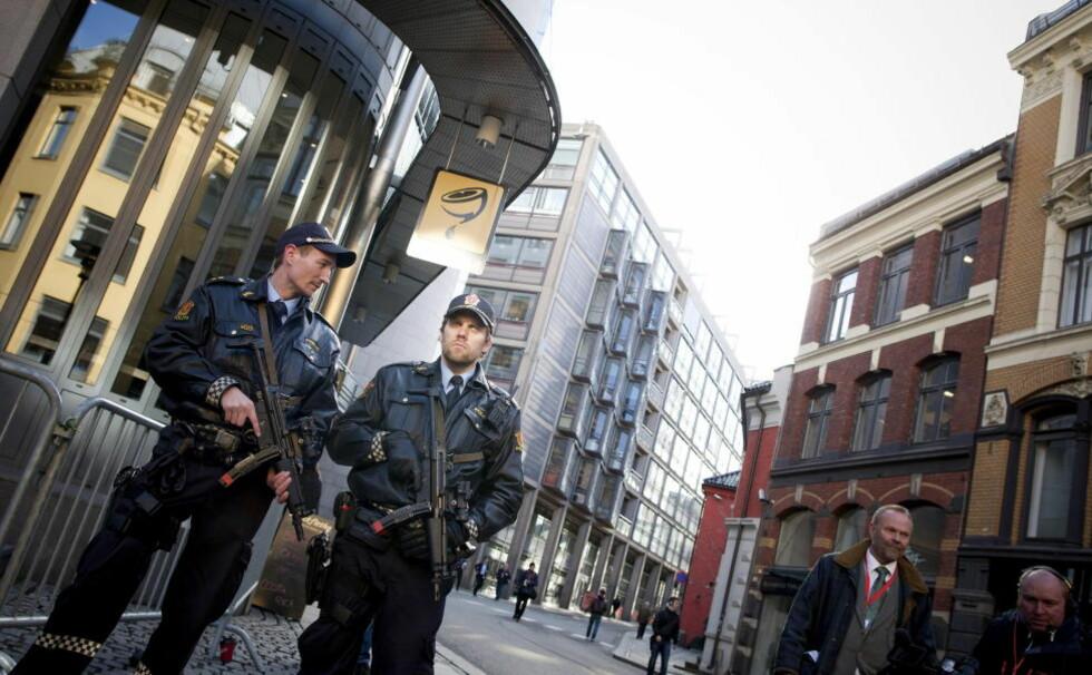 UNNTAKSTILFELLE: Det norske politiet kan i dag bare unntaksvis få tillatelse til å bære våpen - som her under 22. juli-rettssaken. I framtida kan alle utegående politifolk få gå rundt med en skarpladd pistol. Foto: TOMM W. CHRISTIANSEN / DAGBLADET