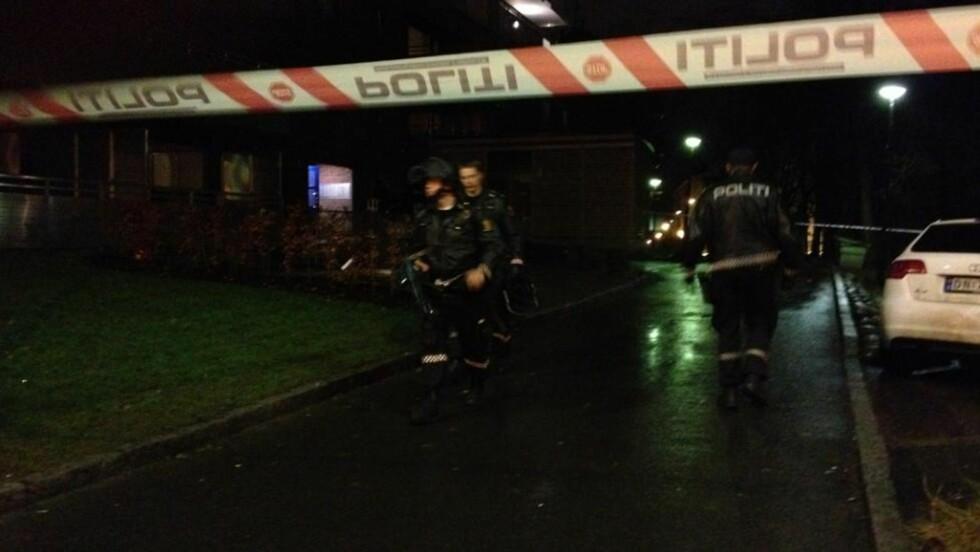 FLERE MELDINGER:  Politiet har mottatt flere meldinger om skudd i Jens Bjelkes gate i Tøyen i Oslo. Ifølge operasjonsleder SIssel Hansen har politiet stoppet en bil på stedet, og flere personer ble anholdt før de så ble sluppet fri. Foto: Frank Karlsen / Dagbladet