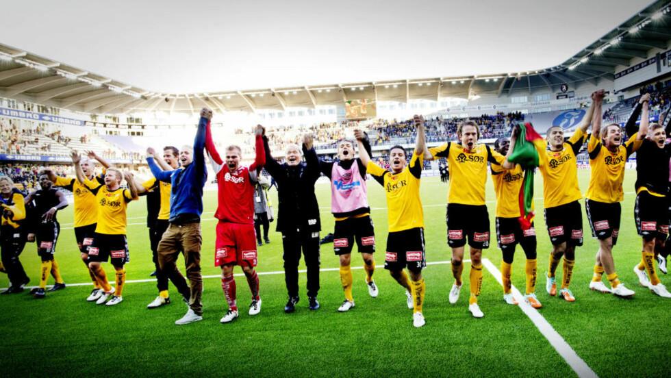 OPPRYKKSKLARE: Start kunne slippe jubelen løs allerede forrige helg, da de slo Sandefjord 1-0 på Sør Arena. I går tapte de 1-2 mot nedrykksklare Notodden, med komiker og Golden Goal-programleder Henrik Elvestad på sidelinja.  Foto: Jon Anders Skau / Fædrelandsvennen / NTB scanpix