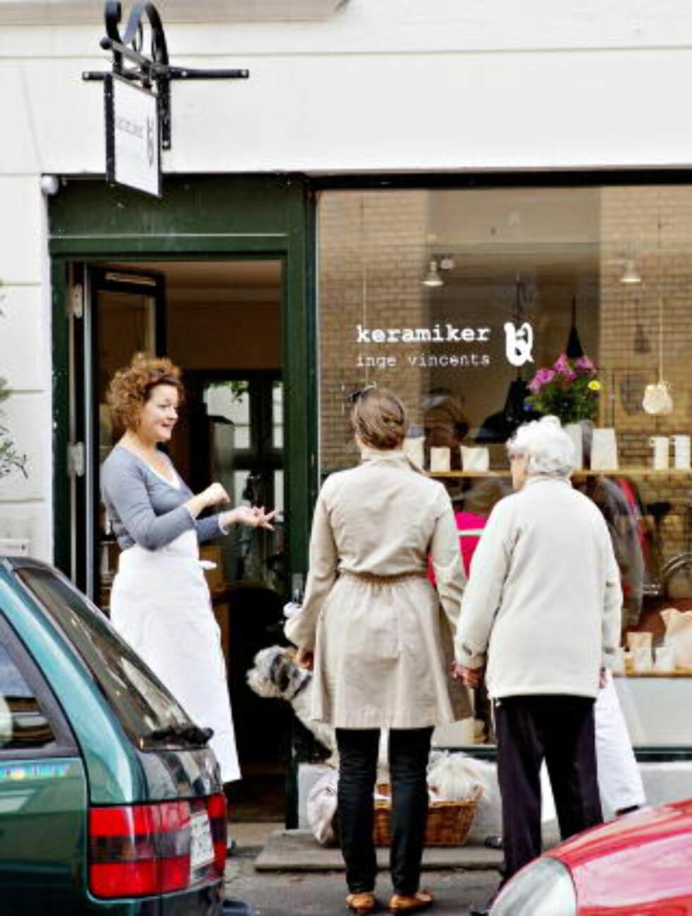 NYTT LIV: Keramiker Inge Vincents elsker livet i gata og slår gjerne av en prat. Folk kommer langveisfra for å kjøpe hennes nesten transparente keramikk. Foto: NINA HANSEN