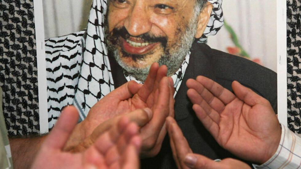 HYLLER HELTEN:  PLO-lederen Yassir Arafat ble hyllet i mausoleet der han er begravet på dødsdagen 10. november. Nå graves liket hans opp.REUTERS/Ali Jarekji