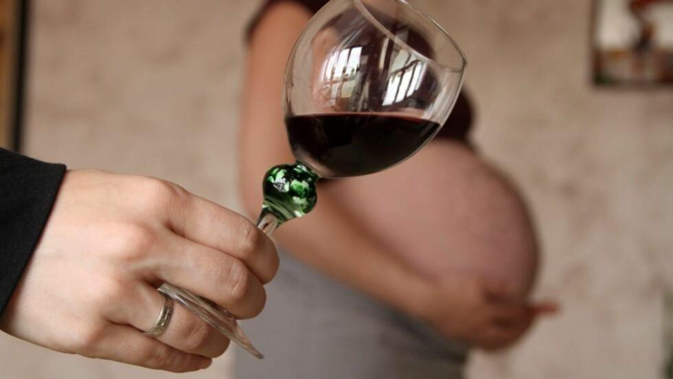 NULLTOLERANSE: Tidligere har man trodd at det skulle være greit å drikke et par glass alkohol nå og da under graviditeten. Nå viser derimot en ny storstudie at selv de minste mengder alkohol kan skade fosteret - og påvirke deres IQ. Illustrasjonsfoto: Colourbox