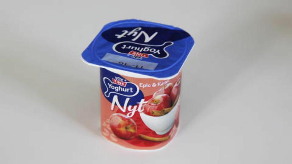 Tine Nyt eple med kanel Næringsinnhold pr beger:  energi: 166 kcal, protein: 3,9 g, karbohydrater: 24 g - hvorav sukker: 3, 25 g, fett: 6,4 gMye fett og sukker - Denne yoghurten har litt mye fett og sukker og er bedre egnet som dessert enn som mellommåltid, sier Bugge. - Sukker er ingrediens nummer to på lista, sier Hamelten.