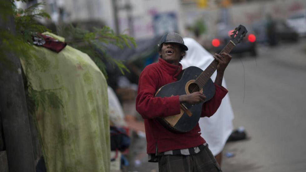 """MUSIKK: En av slumens beboere spiller sin siste låt i """"Crackland"""". Foto: AP / Felipe Dana"""