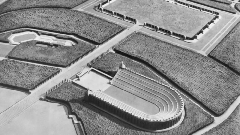 DEUTCHES STADION: Den hesteskoformede «Deutsches stadion» skulle ligge i Nürnberg, og ha plass til 400.000 tilskuere. Utgravingene startet i 1938. De to nazi-ørnene som flankerer hver ende av hesteskoen, skulle ha et vingespenn på 15 meter.