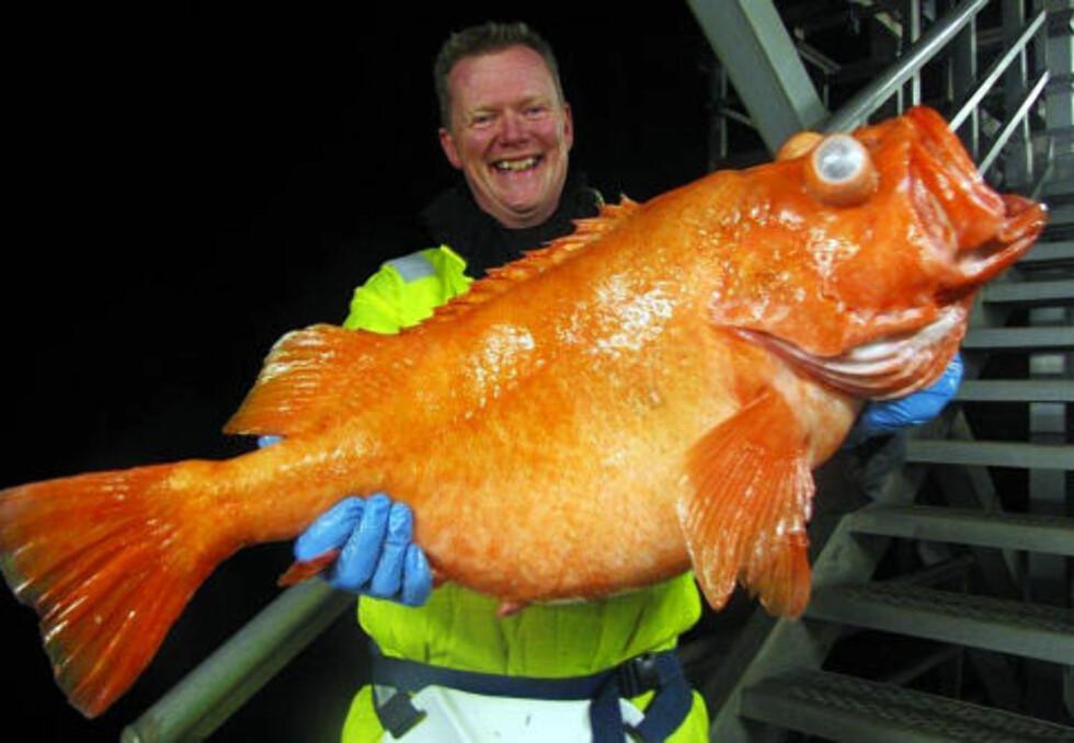 EN GOD NUMMER TO: Fredag dro Dag Skuseth (49) en fisk på 10,02 kilo - som ville holdt til verdensrekord to dager tidligere. Foto: PRIVAT