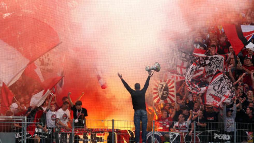 ELEKTRISK: Tyske fotballsupportere vil ha det slik på kampene: Fyrverkeri og kok. Foto: NTB Scanpix