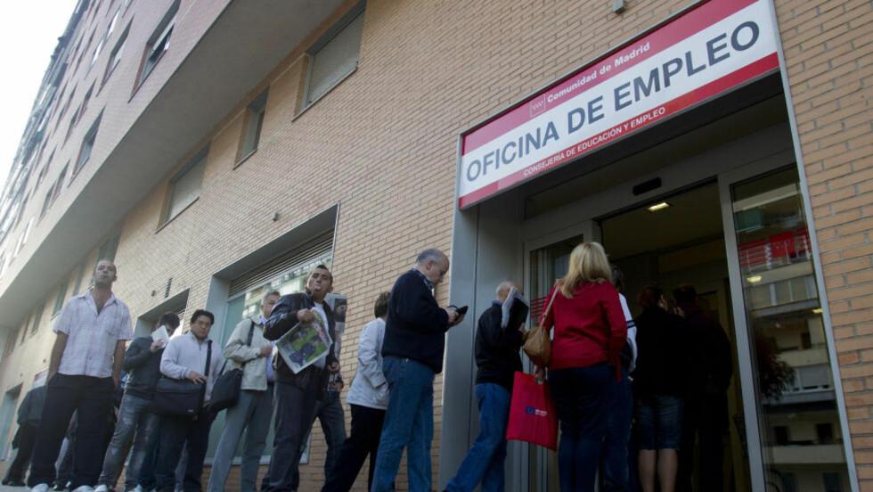 BLIR FLERE: Arbeidsledigheten forsetter å stige i euro-landene. Nye tall som ble lansert i dag viser at arbeidsledigheten steg til 11,7 prosent i oktober.  Dette er det høyeste antall arbeidsledige siden euro-valuttaen ble innført i 1999, melder nyhetsbyrået AP.  Her fra et arbeidskontor i Madrid i Spania. Foto: AP/PAUL WHITE/NTB SCANPIX