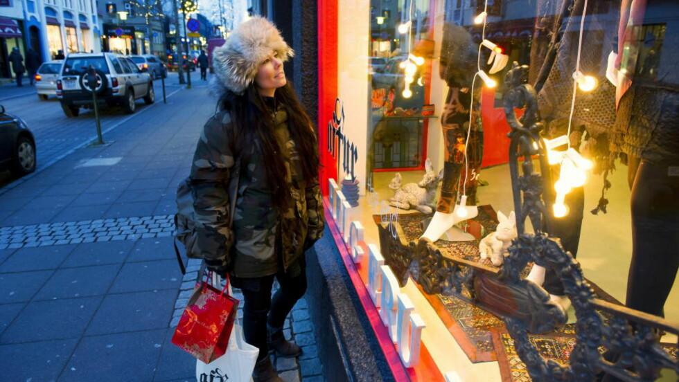 LAUGAVEGUR: Den lille butikken Aftur midt i Reykjaviks lange handlegate, er favoritten for mange Reykjavik-jenter, forteller islandske Thora på juleshopping i Islands hovedstad. Foto: JOHN TERJE PEDERSEN