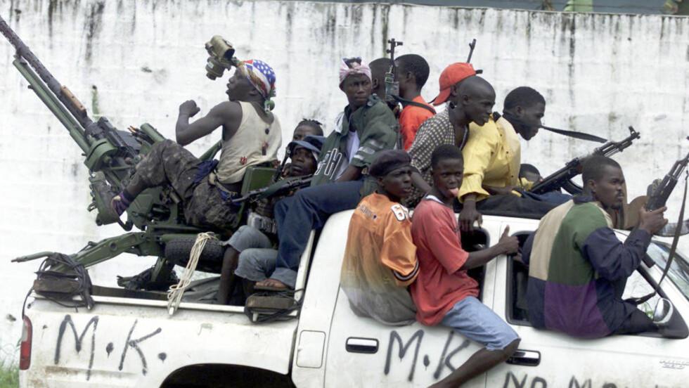 BLIR OVERSETT: Rapporten peker på at medias fokus gjør at en gruppe ofre blir helt oversett. De skriver at mange menn blir utsatt for seksuelle overgrep i krigssoner - både fra andre menn og kvinner. Og rapporten peker på at flere nye undersøkelser viser at omfanget kan være langt større enn tidligere antatt. Her ser man opprørsoldater fra Liberia i 2003. Liberia er ett av landene hvor seksuelle overgrep mot menn har blitt undersøkt. De fleste av de mannlige ofrene deltok selv i stridighetene. Foto: AP/SCHALIK VAN ZUDYAM/NTB SCANPIX