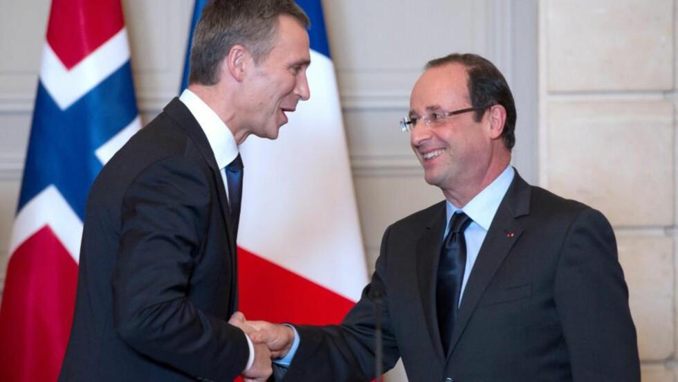 MØTTES FØR: Hjertelig gjensyn mellom Jens Stoltenberg og Frankrikes president Francois Hollande. I dag skjer det i Gamle Losjen i Oslo etter utdelingen av fredsprisen til EU. Foto: AFP/Scanpix