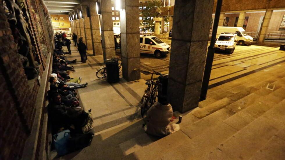 OVER 1000 PÅGREPET: 1054 rumenske statsborgere ble i løpet av årets elleve første måneder pågrepet av politiet i Oslo. Det er en dobling fra i fjor. Her fra september i år, da en gruppe romfolk hadde samlet seg i Borggården, rett foran Rådhuset i Oslo.Foto: Lise Åserud / NTB Scanpix
