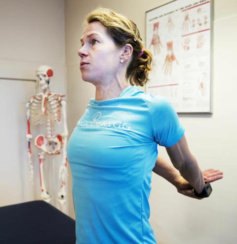 BRYSTSTREKK: Slik gjør du: Ta armene bak på ryggen, hold hendene samlet og strekk de ut bak deg. Dytt brystkassen fram, slik at du kjenner det strekker foran i brystet — føl at du åpner opp brystmuskulaturen. Ta deretter armene fram foran deg, hold hendene sammen og press armene fram og ned mens du krummer ryggen og kjenner det strekker i ryggen og opp mot skulderbladene. Hjelper mot: Åpner opp brystkassen og gjør det lettere å puste. Gode, dype pust er viktig i denne øvelsen. Strekker også godt i ryggen, og løsner opp stiv muskulatur.Foto: Øistein Norum Monsen / DAGBLADET