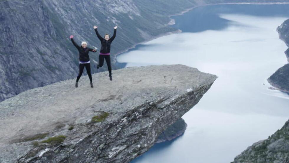 IMPONERENDE: Den spektakulære fjellformasjonen Trolltunga, som ligger 700 meter over Ringedalsvannet i Skjeggedal ikke langt fra Tyssedal, er av reisesøketjenesten Tripadvisor kåra til det fjerde mest imponerende stedet i verden. Foto: BERGEY OLADOTTIR