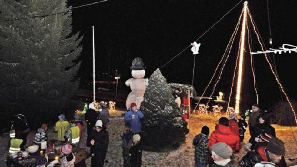 LYSTENNING:  Da julelysene ble tent 1. desember i år, møtte rundt 100 personer opp til gløgg, kaffe og kake. Foto: Privat