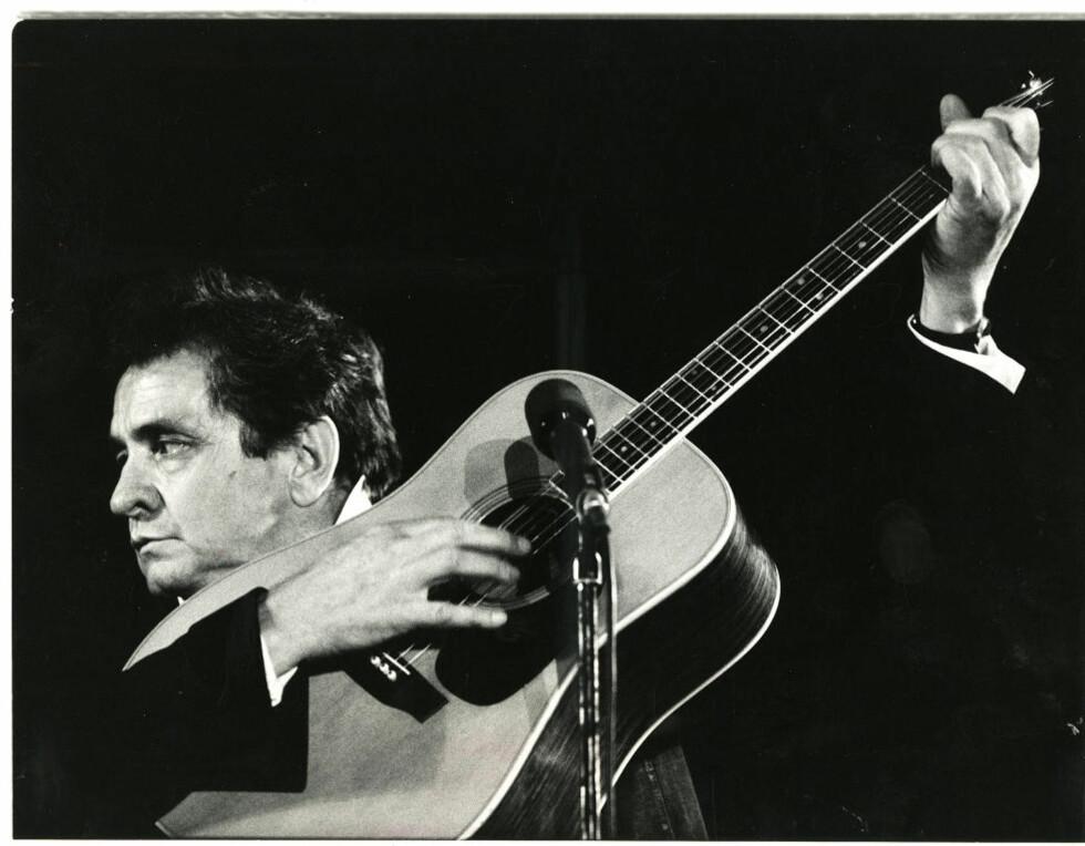 FYLDIG BOKS: Den nye Johnny Cash-boksen rommer 63 plater. Samtlige 59 originallabum er presentert med de opprinnelige LP-coverne i CD-format. Samlingen spenner fra den unge rockabilly-Cash til veteranen som sluttet seg til de legendariske Highwaymen. Foto: Ole C.H. Thomassen