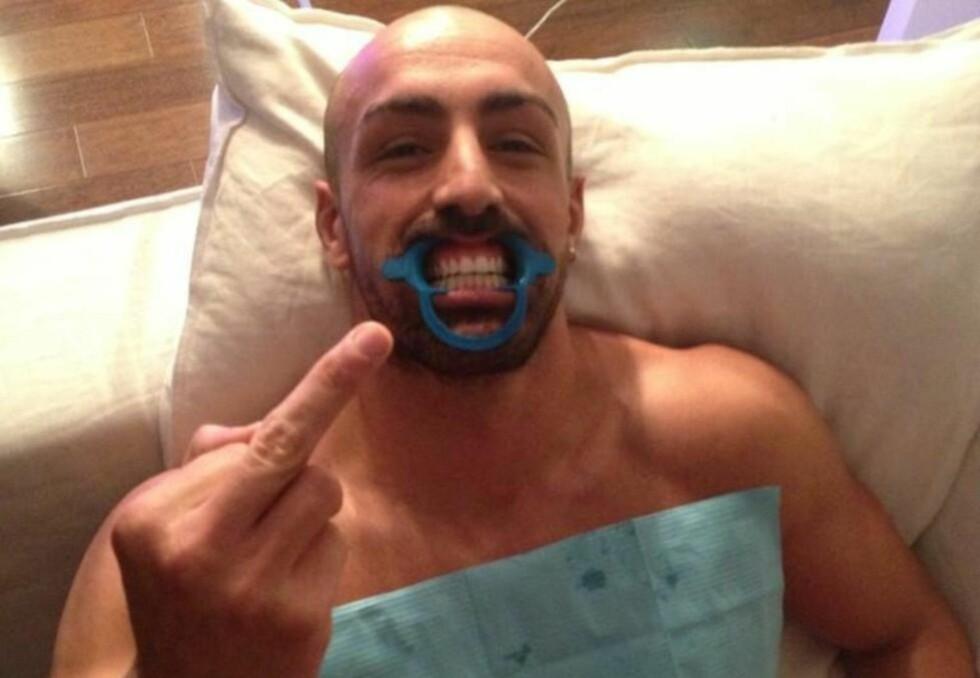 FIKK TENNENE BLEKET: José Enrique poserte på sin spesielle måte for fotografen da han var på tannklinikken for å bleke tennene sine. Lagkamerat Suso forsøkte seg med en morsomhet på Twitter, som ikke slo heldig ut. Foto: Twitter-kontoen til Suso