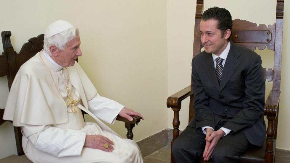 BENÅDET: Paven møtte sin tidligere butler Paolo Gabriele i fengselet i Vatikanet hvor han sonet etter å ha stjålet dokumenter fra paven. Foto: AFP PHOTO / OSSERVATORE ROMANO