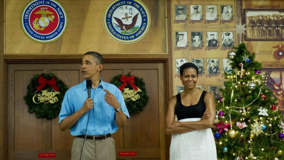 DRAR FRA HAWAII: Obama-familien feirer hvert år jul på Hawaii hvor Barack Obama er født. Her er han sammen med kona Michelle på en militærbase i Kaneohe Bay på Hawaii 25. desember. Foto: Jim Watson / AFP Photo