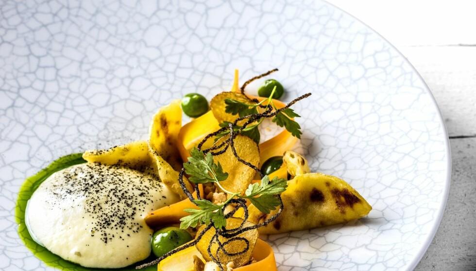 VINNER-FORRETTEN: Potetlefser med brie, gressløkemulsjon, syltet gulrot og ristede hasselnøtter .Foto: STIAN BROCH