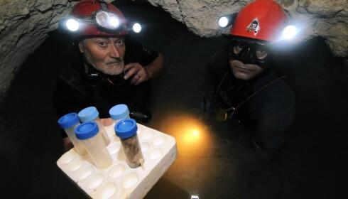 OPPDAGER: Da det kommunistiske Romania skulle se etter et sted å bygge et nytt kraftverk, snublet de over grotta ved kysten av Svartehavet. Til venstre er Christan Lascu, den første som våget seg ned i grotta. Foto: Science Photo Library / NTB scanpix