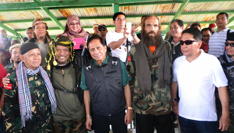 OVERLEVERT: Her står Kjartan Sekkingstad sammen med lederen av MNLF Nur Misuari (andre til venstre), Fredsminister i Filippinene Jesus Dureza (midten) og guvernøren i Sulu Sakur Tan (til høyre).