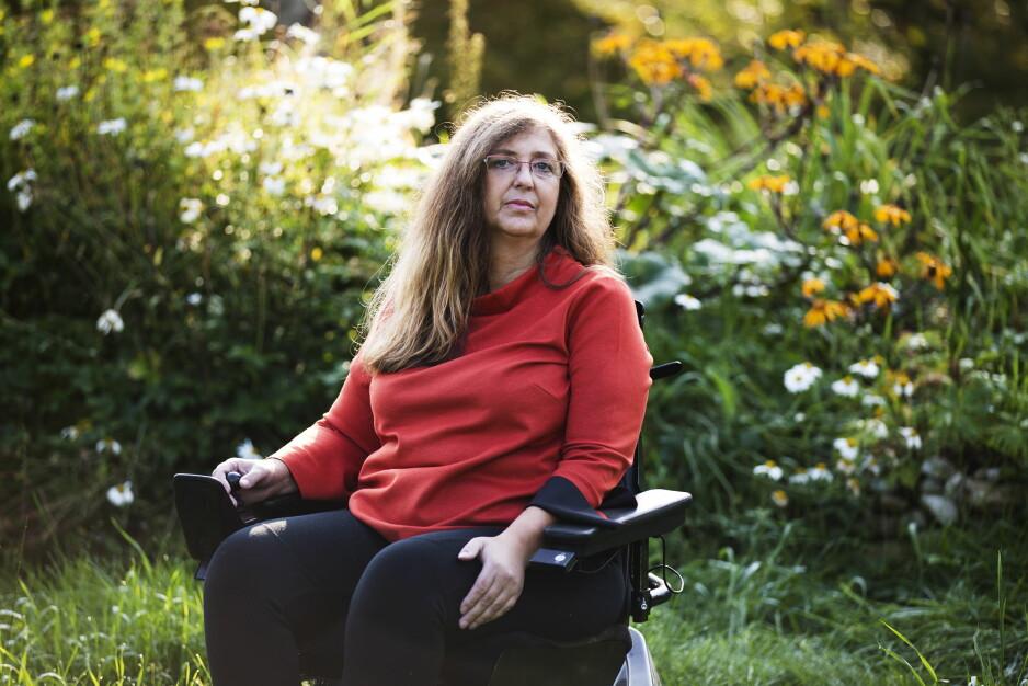 LITE Å RUTTE MED: Firebarnsmor Kirsti Merete Stenersen (51) er aleneforsørger. Hun har sittet i rullestol de siste 17 årene. – Barnetrygdengjør at det så vidt går rundt, sier hun.FOTO: MARI VOLD