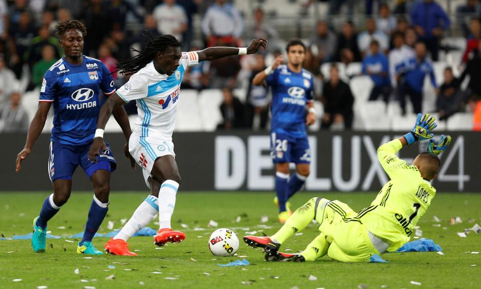 HØYRISIKO: Kampene mellom Olympique Marseille og Olympique Lyon anses som høyrisikokamper i Frankrike. Her er Marseilles Bafetimbi Gomis (med ballen) mot Lyons Anthony Lopes. Foto: REUTERS/Philippe Laurenson