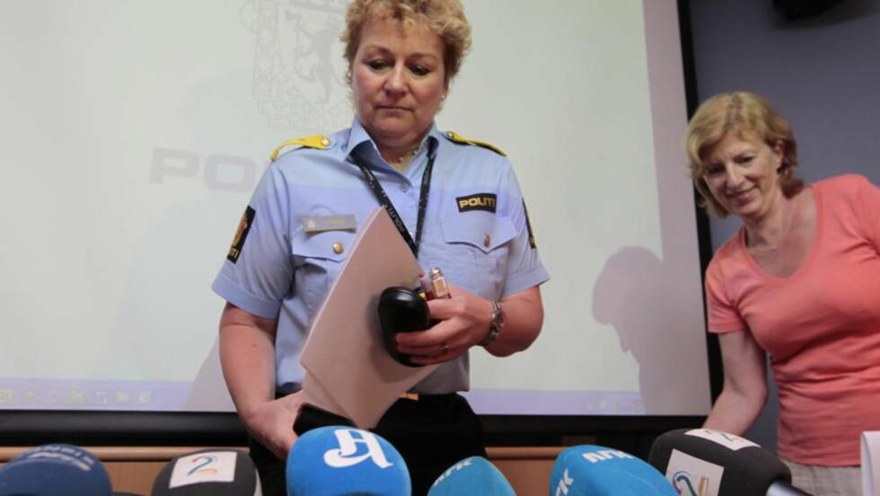 UTELUKKER IKKE NY SØKNAD:  Politimester Christine Fossen på en pressekonferanse etter  brannen på asylmottaket på Lierskogen i juli 2010. I bakgrunnen daværende UDI-direktør Ida Børresen. Arkivfoto: Terje Bendiksby / NTB Scanpix.