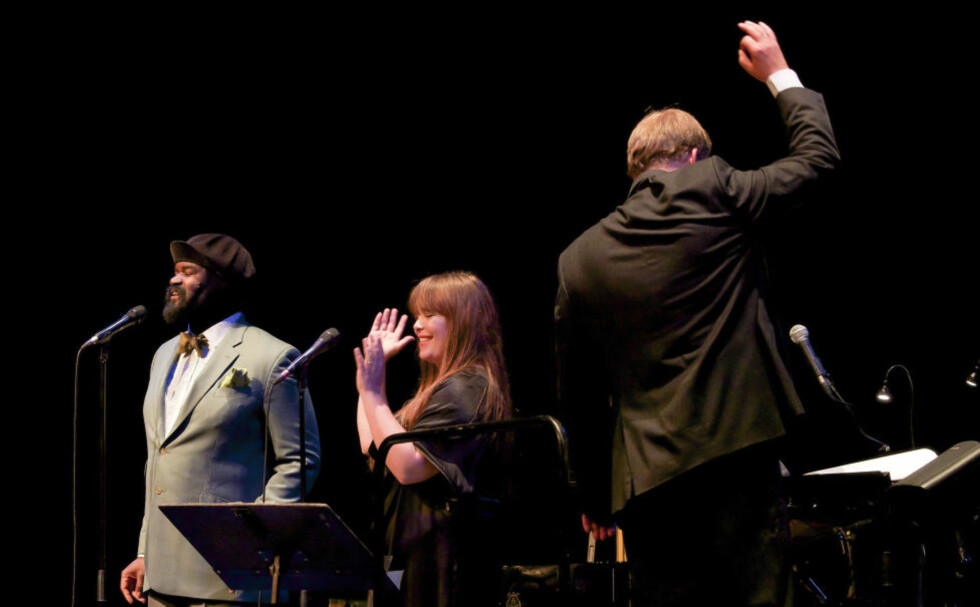 SMIL: Gregory Porter, Solveig Slettahjell og KORK dirigert av Lars Erik Gudim avsluttet i fellesskap med «Smile», og fikk full støtte av et begeistret operahus.FOTO: TERJE MOSNES