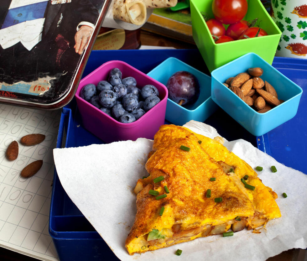 MATPAKKE MED MENING: Omelett med rester og lomper med fyll. Smoothie, rå grønnsaker, frukt, bær og nøtter - mulighetene for sunn og smakfull hjerneføde er uendelige.