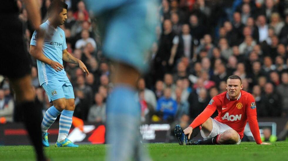 FAVORITTENE: Manchester United og Wayne Rooney (t.h) måtte nøye seg med ligasølvet, Sergioe Aguero (t.v) scoret målet som sikret de lyseblå det første ligagullet på 44 år. Foto: Scanpix / AFP / ANDREW YATES