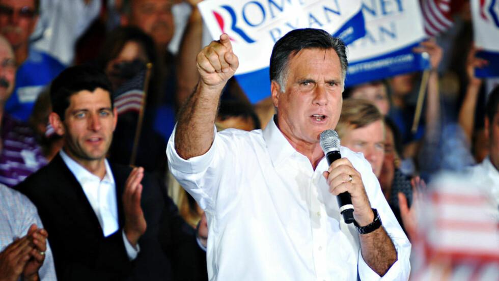 SATSER: «Valget av Ryan avspeiler en dobbeltstrategi hvor Romney vil satse nesten alt på økonomisk politikk, og prioritere mobilisering av tilhengerne framfor å overbevise de relativt få gjenværende svingvelgerne i sentrum», skriver kronikkforfatter Hans Olav Lahlum. Republikanernes kandidat Mitt Romney, med visepresidentkandidat Paul Ryan i bakgrunnen.  Foto: Patrick Kelley / AP / NTB Scanpix