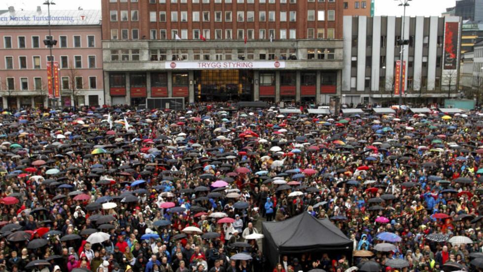 TILLIT: 40 000 møtte fram for å synge «Barn av Regnbuen» på Youngstorget i Oslo under rettssaken mot Anders Behring Breivik. Foto Kyrre Lien / Scanpix