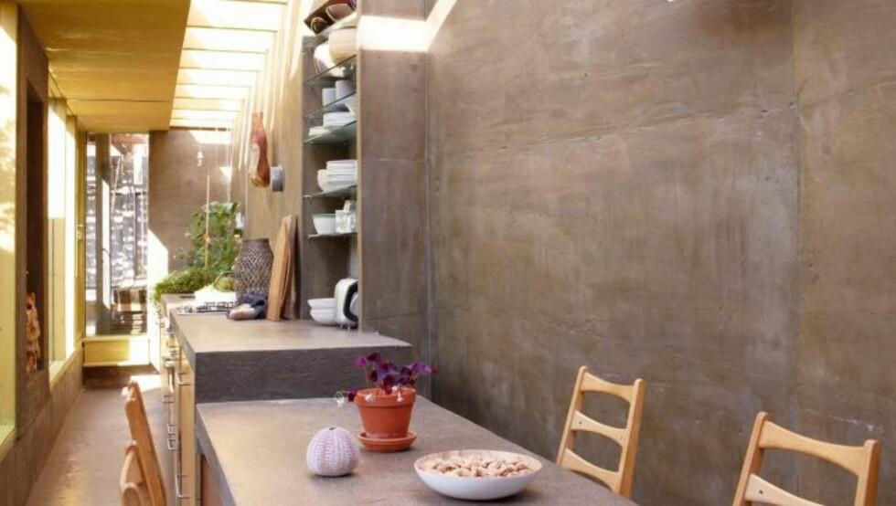GJENNOMTENKT BETONGSTRUKTUR: Den lange benken er både spisebord, kjøkkenbenk og plantegrop i ett grep. All innredning er spesialtilpasset. og integrert i konstruksjonen. Foto: Ragnar Hartvig