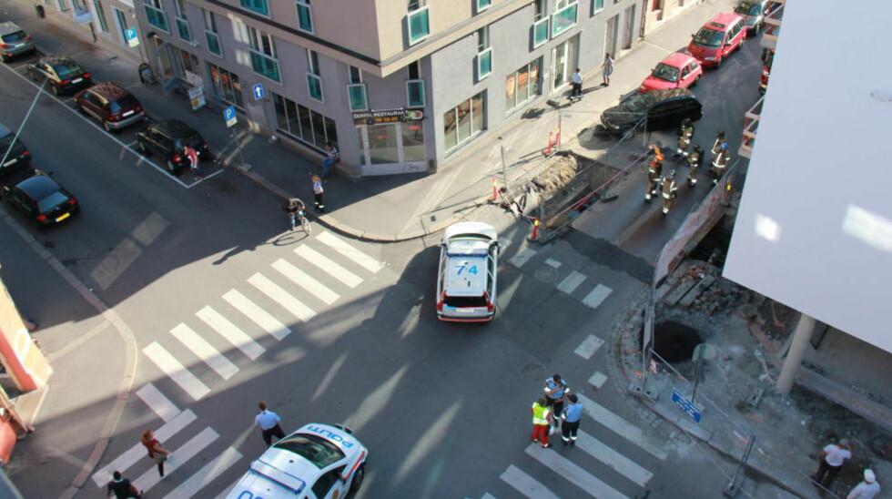 EKSPLOSJON: Eksplosjonen inntraff da det ble kortslutning i en høyspentkabel i forbindelse med asfaltarbeid i Calmeyers gate. Foto: Andreas Harreschou