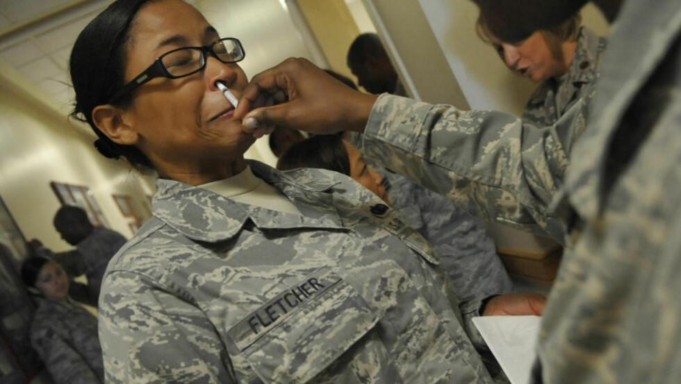 KONTROVERSIELT: Denne soldaten får en dose anti-selvmord i form av en nesespray. Foto: U.S. Airforce