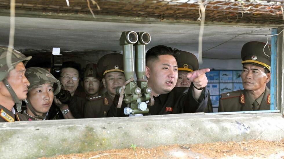 KLAR TIL KAMP: Kim Jong-un besøkte nylig grensa til Sør-Korea og peker her mot sin fiende. Foto: AFP PHOTO / KCNA via KNS