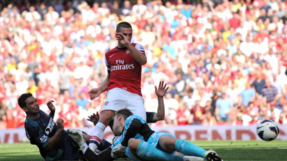SELV IKKE HER...:... Ble det mål for Arsenal og Lukas Podolski. Arsenal skapte sjanse på sjanse, men klarte ikke omsette dem til mål. Foto: AFP PHOTO / OLLY GREENWOOD / NTB Scanpix