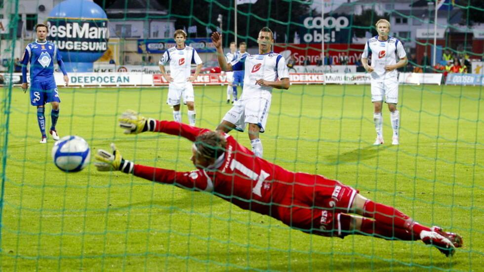 UT ETTER STRAFFEKONK: Nikola Djurdjic og Haugesund er ute av cupen etter straffekonkurranse mot Hødd. Foto: Jan Kåre Ness / NTB scanpix