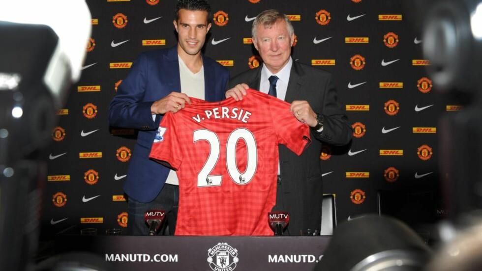 NUMMER 20: Robin van Persie blir her presentert som United-spiller sammen med manager Alex Ferguson. Foto:   EPA/PETER POWELL .